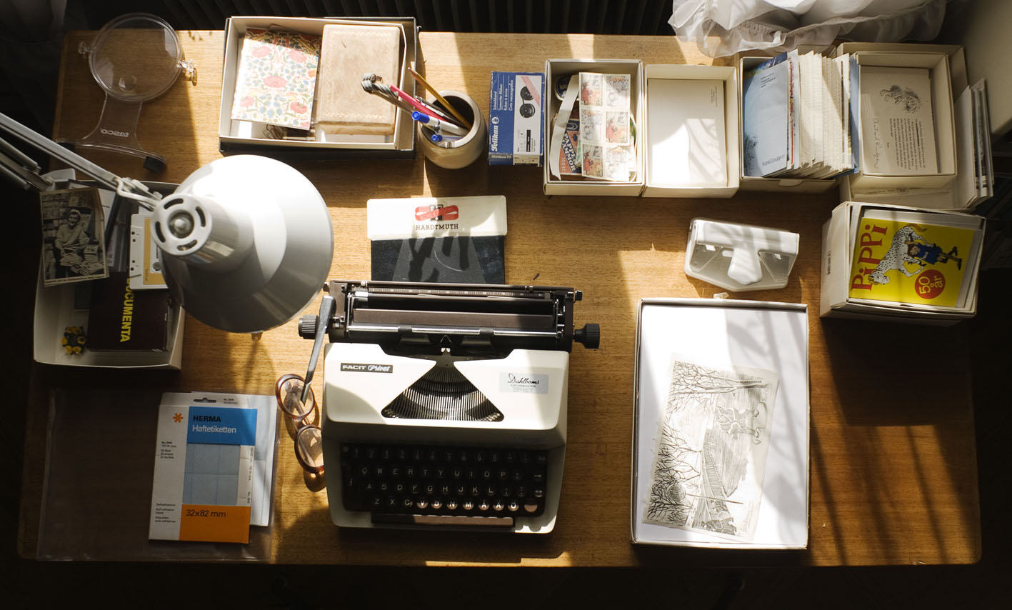 Astrid Lindgren skrivbord med hennes skrivmaskin, brev och manuskript .© National Library of Sweden, From exhibition 2008. Photographer: Jessica Lund.