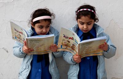 Två barn som läser.