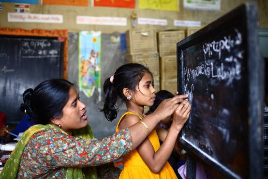 """Foto: Shufiya Akter och 12-åriga Laboni i klass två på """"Unique Child learning Center"""" ©UNESCO/GMR Akash"""