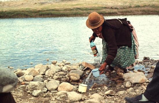 En kvinna hämtar vatten från en flod i Peru ©UNESCO/Zevaco