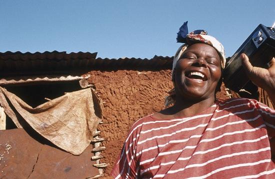 Catarina Machalela de Cocomela lyssnar på Radio Cascata, Mozambique. ©UNESCO/Sergio Santimano