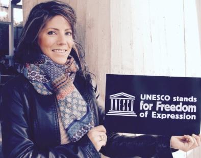Lisa Söderlindh i samband med demonstrationerna för yttrandefrihet efter attacken mot Charlie Hebdo. Foto: Caroline Hammarberg