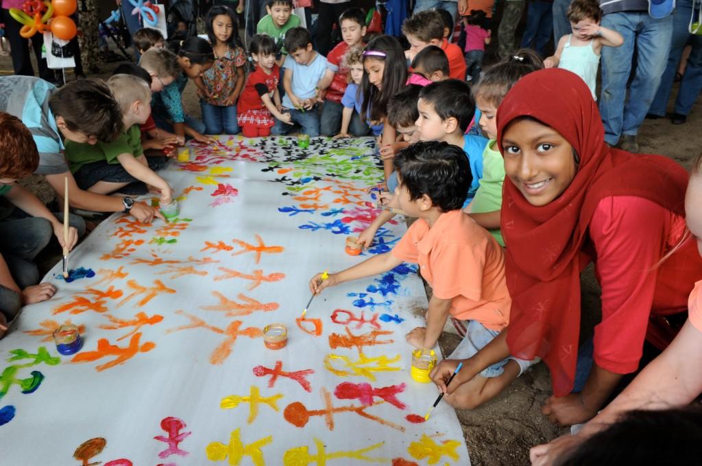 Barn som målar.
