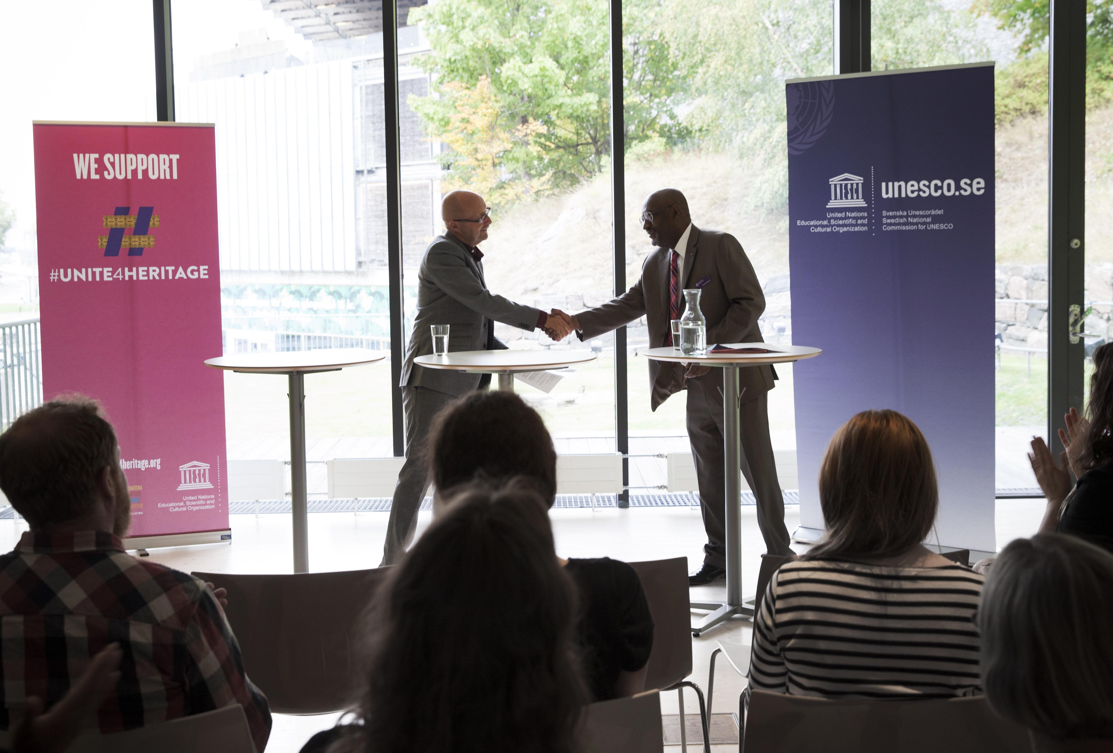 UNESCOs vice generaldirektör Getachew Engida överräcker dokumentet som visar att Världskulturmuseerna stödjer UNESCOs kampanj #Unite4Heritage. ©Ina Marie Winther Åshaug/ Världskulturmuseerna.