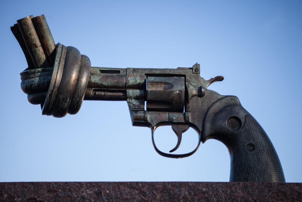 Bild på statyn som föreställer en pistol utanför FN