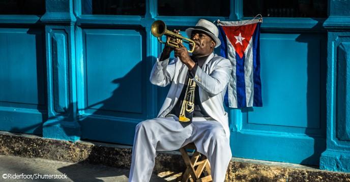 Man som spelar trumpet.