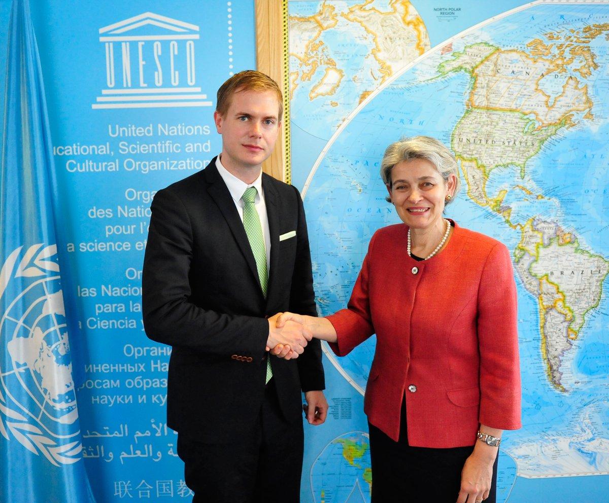 Utbildningsminister Gustav Fridolin och Unescos generaldirektör Irina Bokova.