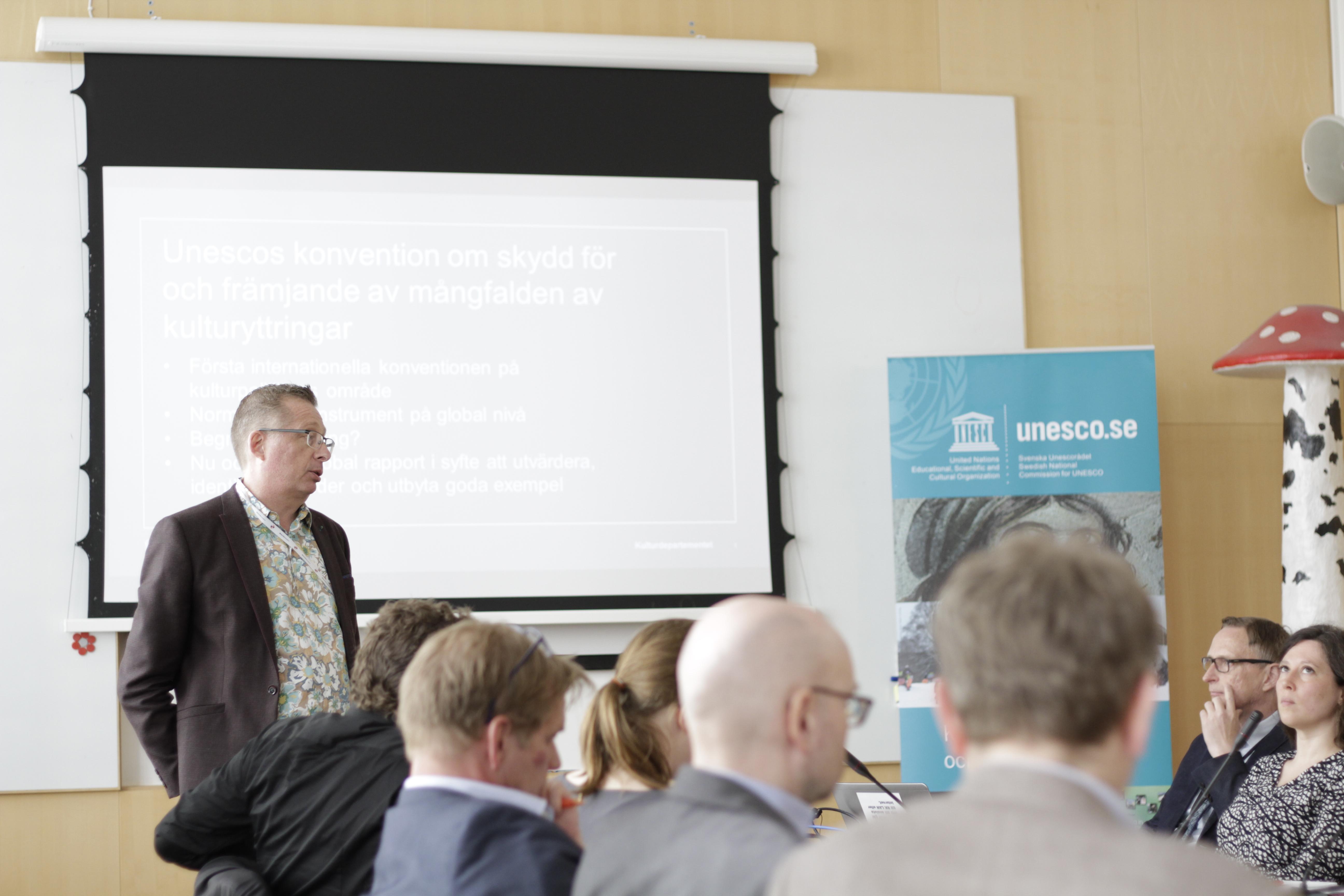 Deltagare lyssnar på presentation om Unescos mångfaldskonvention.