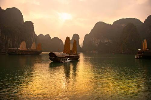 Solnedgång över bukt i Sydostasien