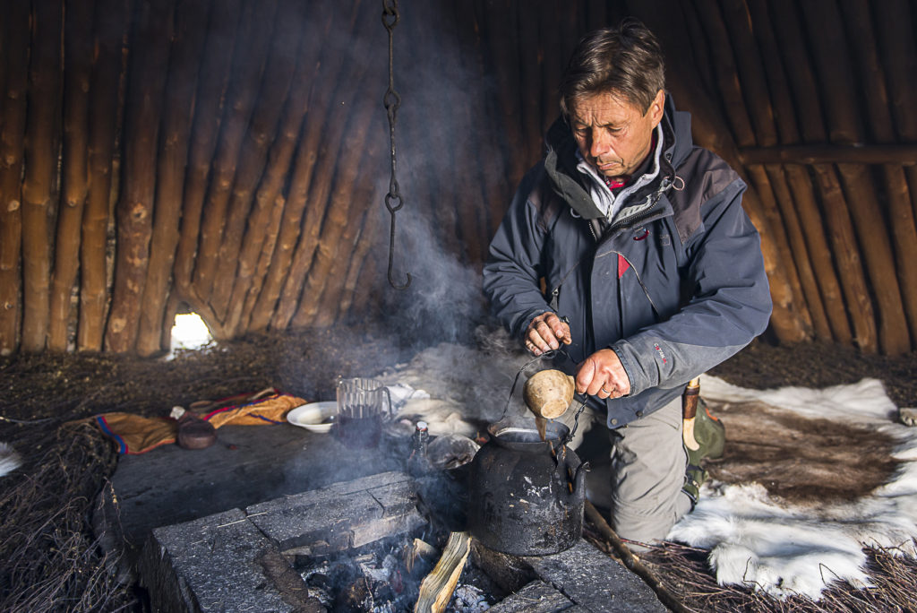 Michael Vinka kokar kaffe i kåtan, Geunja Samisk Fjällgård